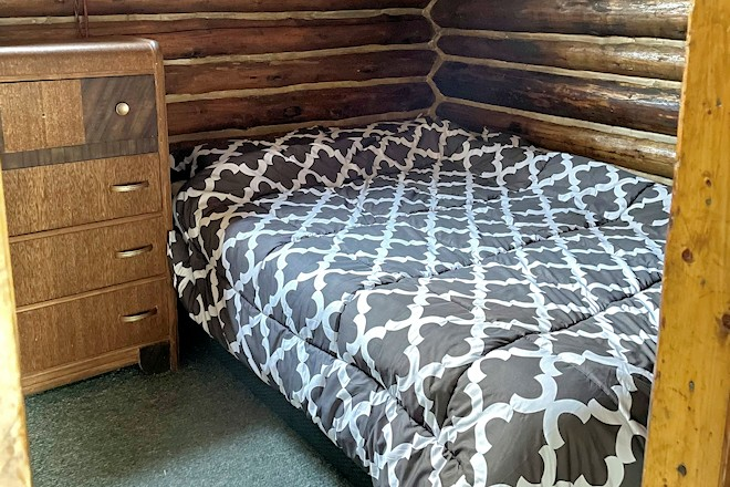 Cabin 8 Bedroom Postill Lake Lodge